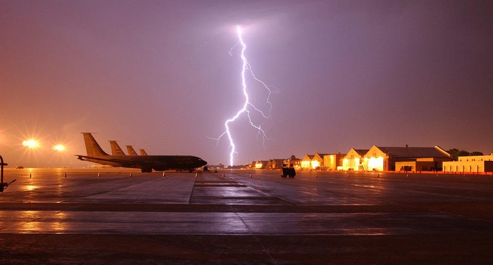 Самолети, светкавица